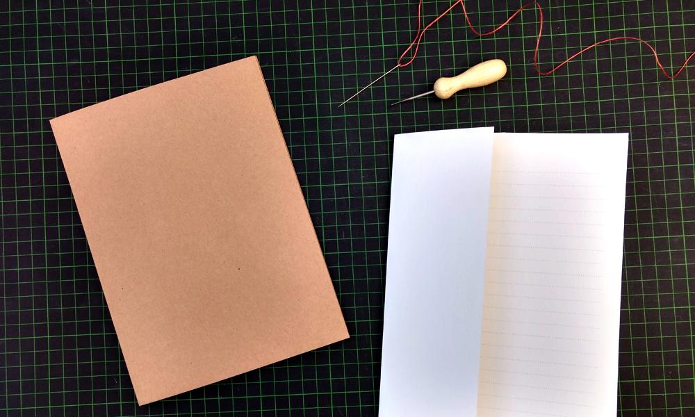 Material, das du zum Buch binden benötigst: festen Karton als Umschlag und Papier für die Innenseiten.