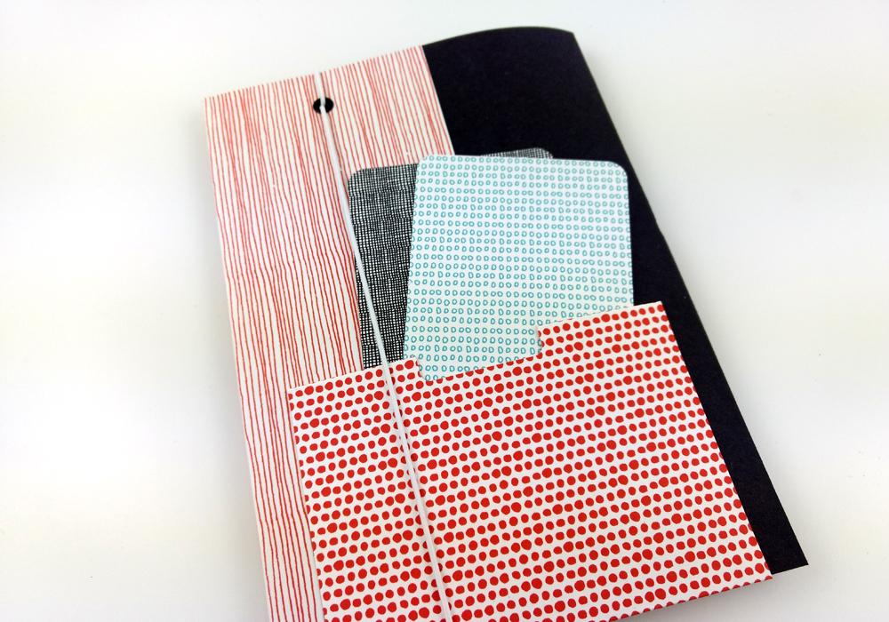 CHARM Trails Embellishment fürs Notizbuch: Sammeltasche auf dem Buchrücken
