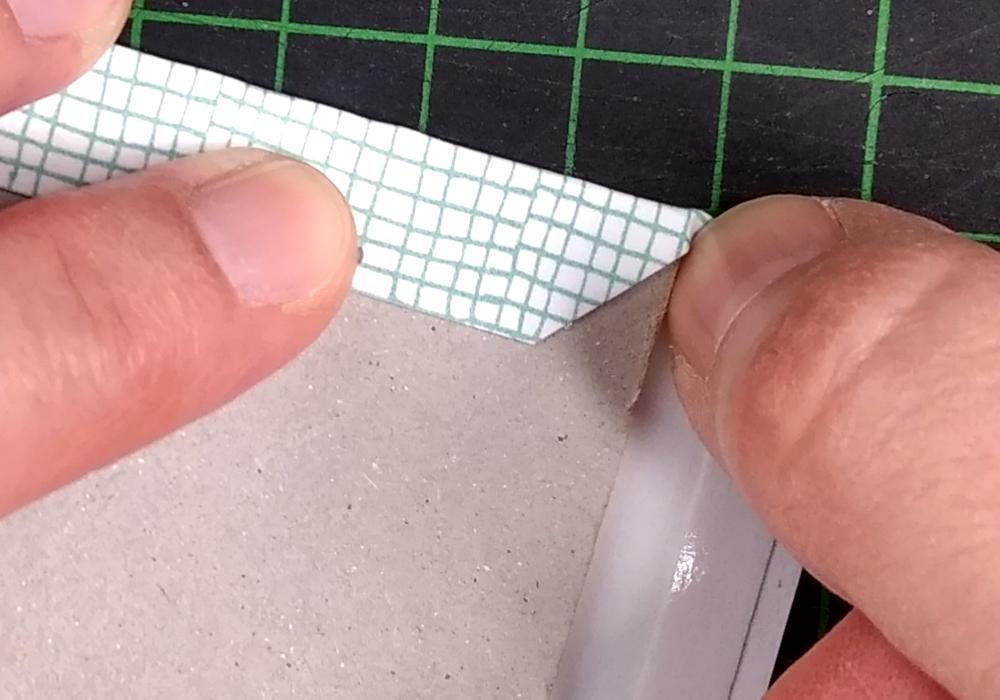 CHARM Trails Buchbinderkarton beziehen: Pfalzen des Bezugpapiers an den Kanten